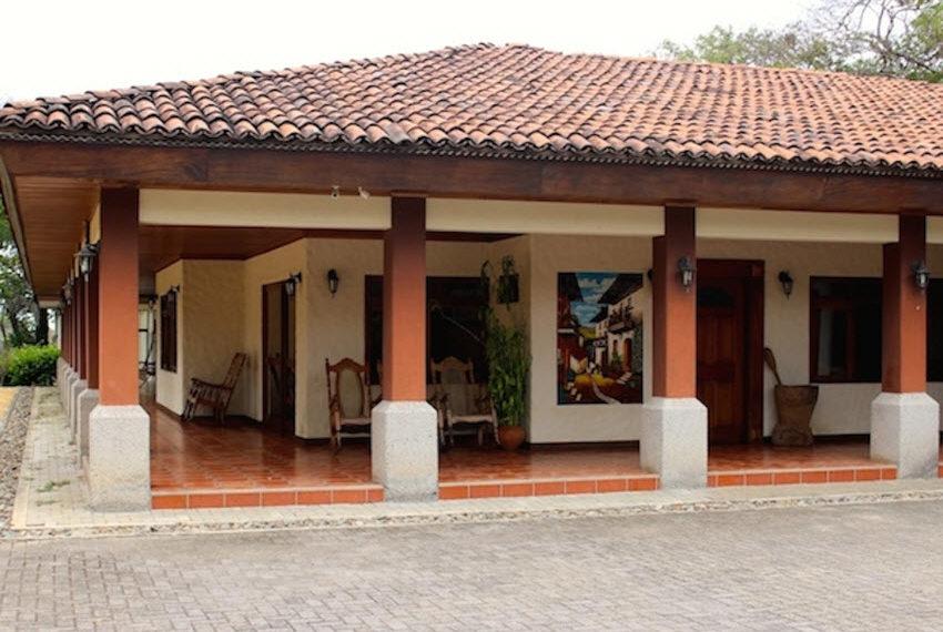 casa independiente de una sola planta rodeada de