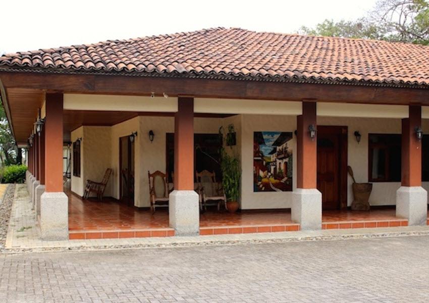 Casa independiente de una sola planta rodeada de for Casas una planta