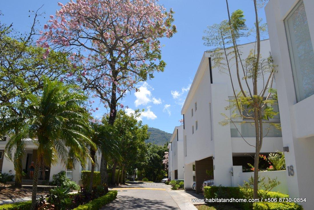 Casa de 3 niveles en condominio moderno en Santa Ana venta
