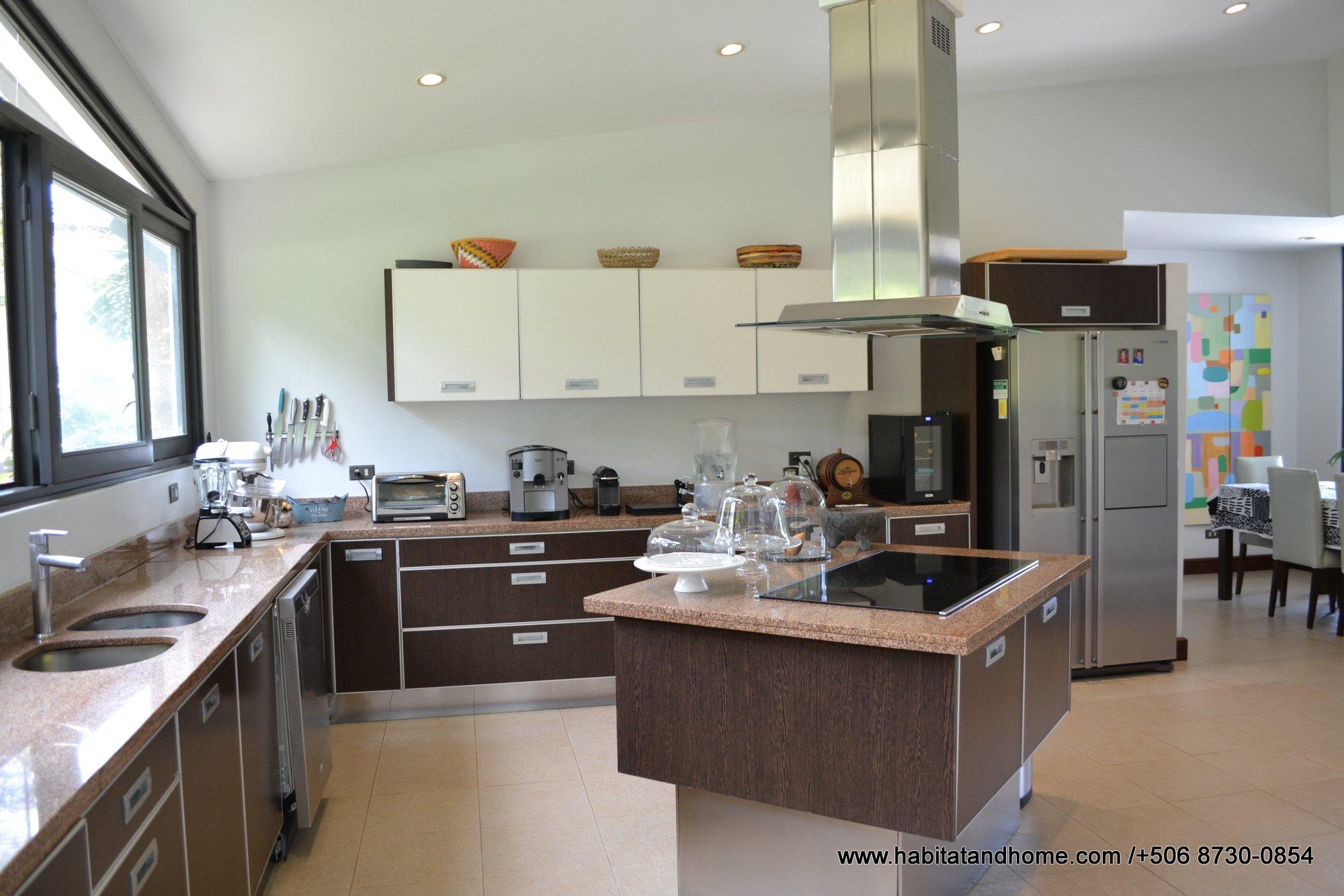 Espectacular casa moderna rodeada de naturaleza en condominio lujo Villa Real Santa Ana venta